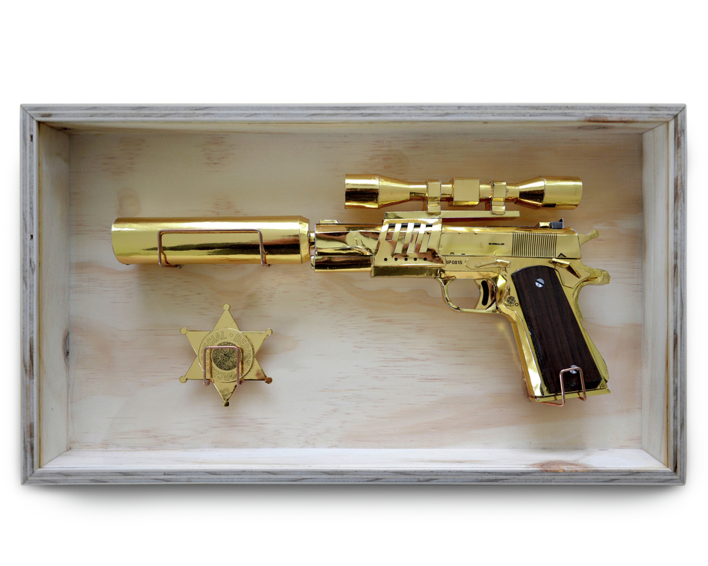 "A present I made for a friend a while ago, a golden paper-replica of the ""Colt M1911"" and a Sheriff star in a frame 🔫 The Colt is originally designed by Julescrafter from [paper-replika](http://www.paper-replika.com) 💥"